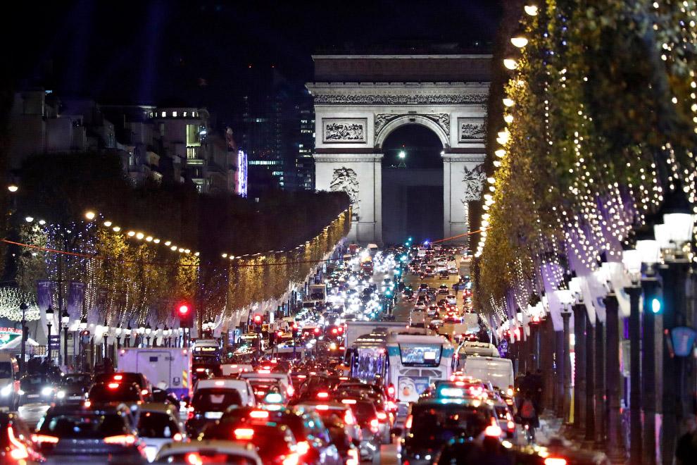 Новогодние огни на Елисейских полей в Париже