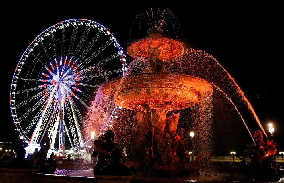 Колесо обозрения и его иллюминация в Париже, Франция