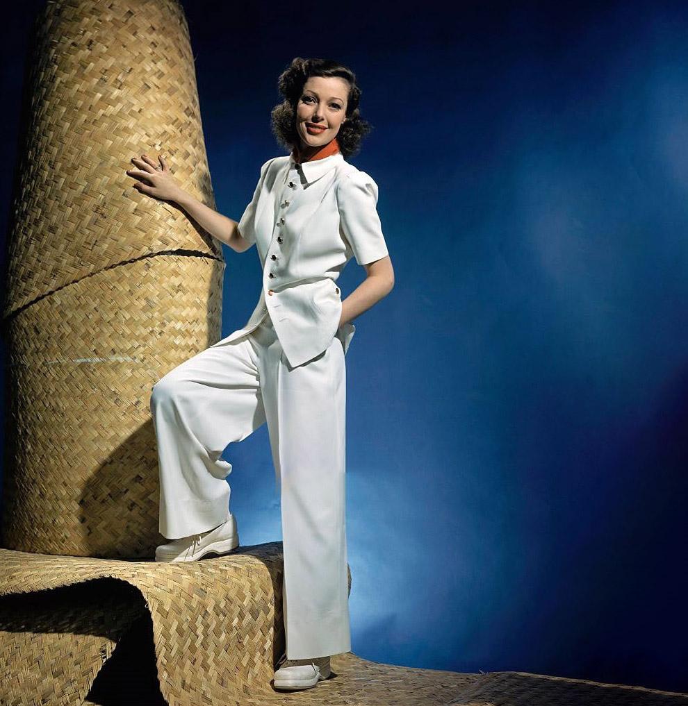 Актриса Лоретта Янг в белом брючном костюме. Февраль 1941 года.