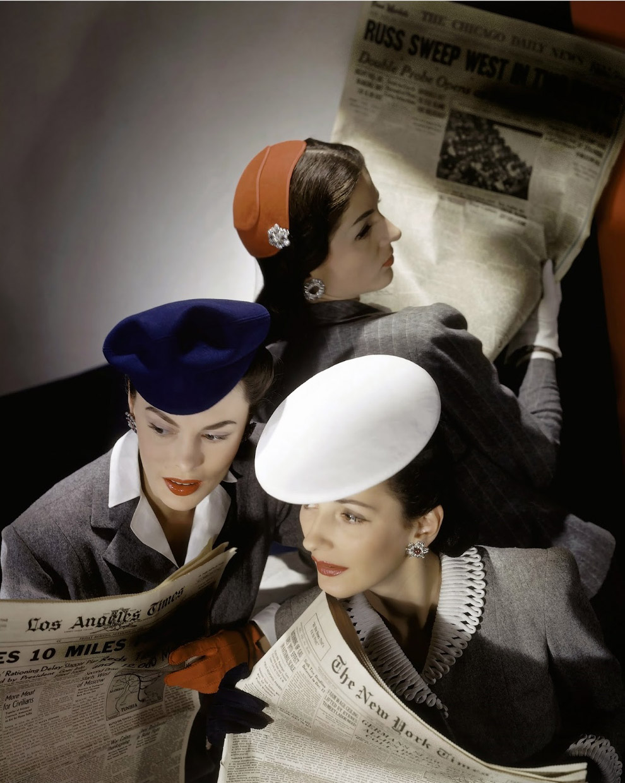 Модели читают газеты с последними новостями с фронта. Фото Хорст П. Хорст, 1943 год.
