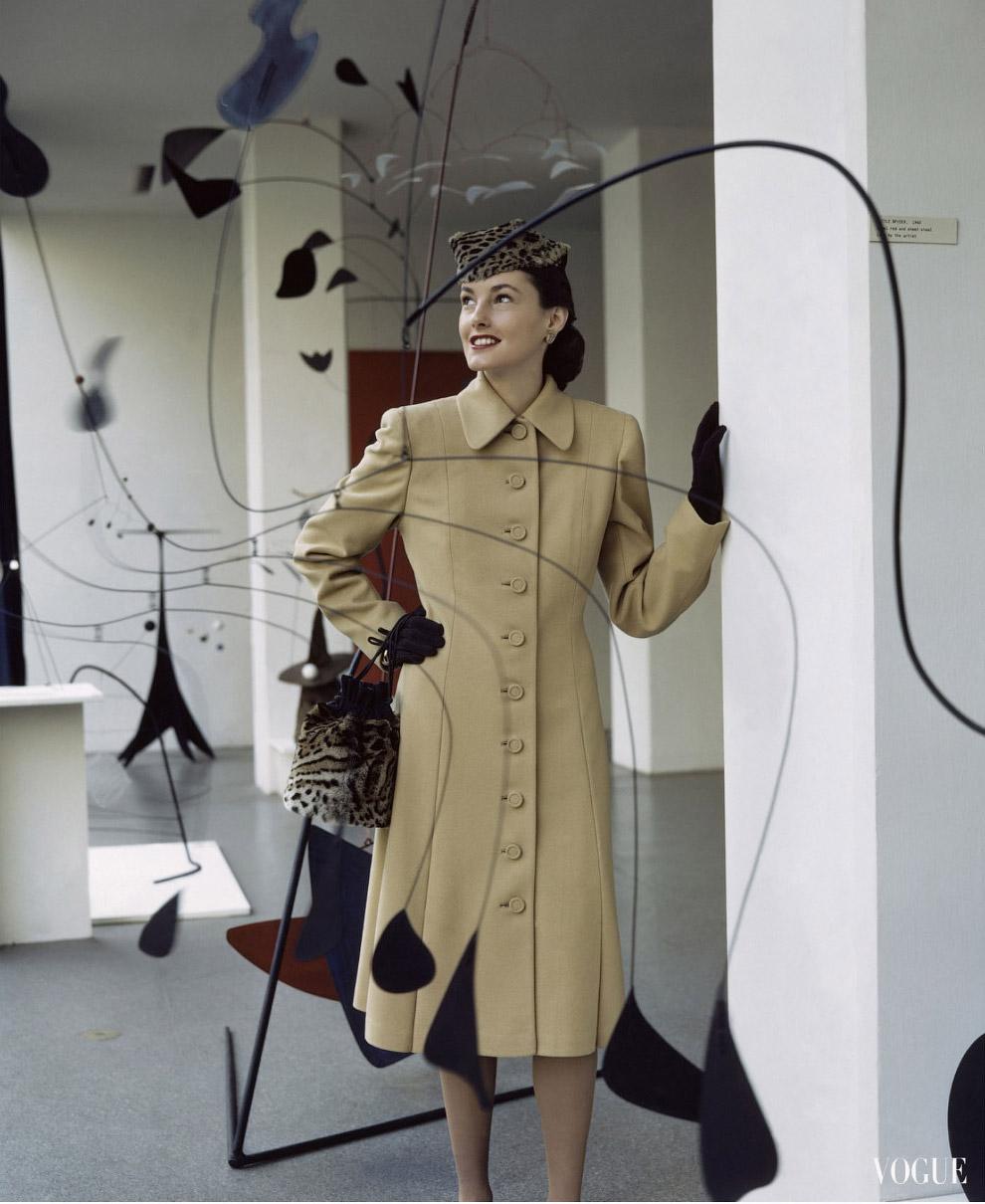 Джелис Дениэлс в шерстяном пальто и в окружении мобилей Алексанра Колдера. Фото Джон Роулингс, 1944 год.
