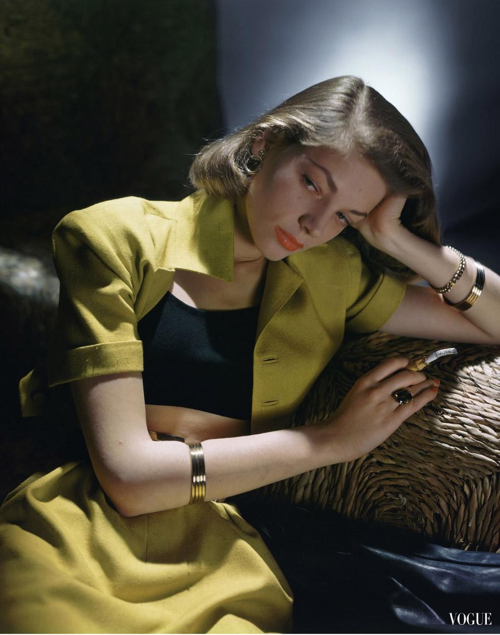 Актриса Лорен Бэколл в укороченном костюме с топиком от Би. Эйч. Урэгги. Фото Джон Роулингс, 1945 год.