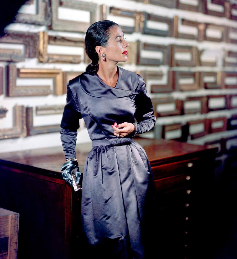 Модель Сабина в вечернем платье с серебристым отливом от Паулины Трижер. Фото Женевьев Нейлор, 1947 год. Вечерние платья вернулись на рынок только после окончания войны.