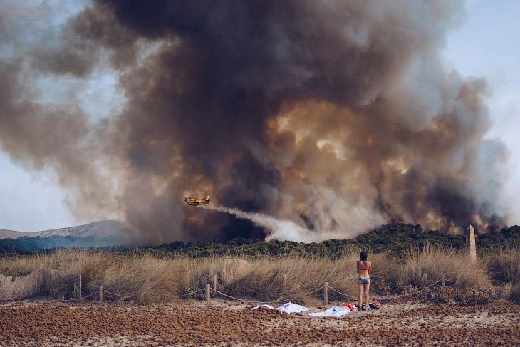 Поощрительный приз. Тушение лесного пожара на пляже в Майорке, Испания