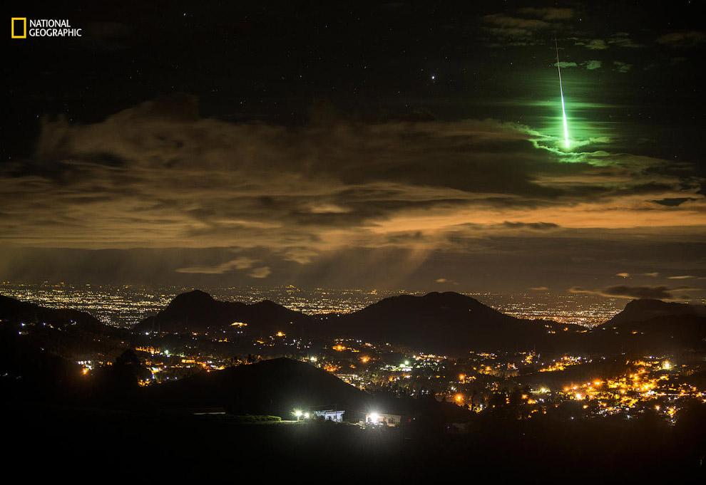 Зеленый метеор на дороге в горной цепи Западные Гаты, южная Индия