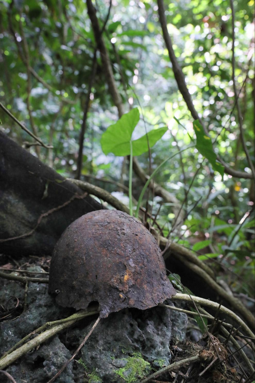 Японская военная каска времен Второй мировой войны на Соломоновых Островах
