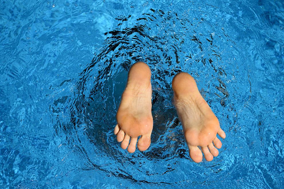 Прыжок в бассейн возле Потсдама на северо-востоке ГерманииПрыжок в бассейн возле Потсдама на северо-востоке Германии