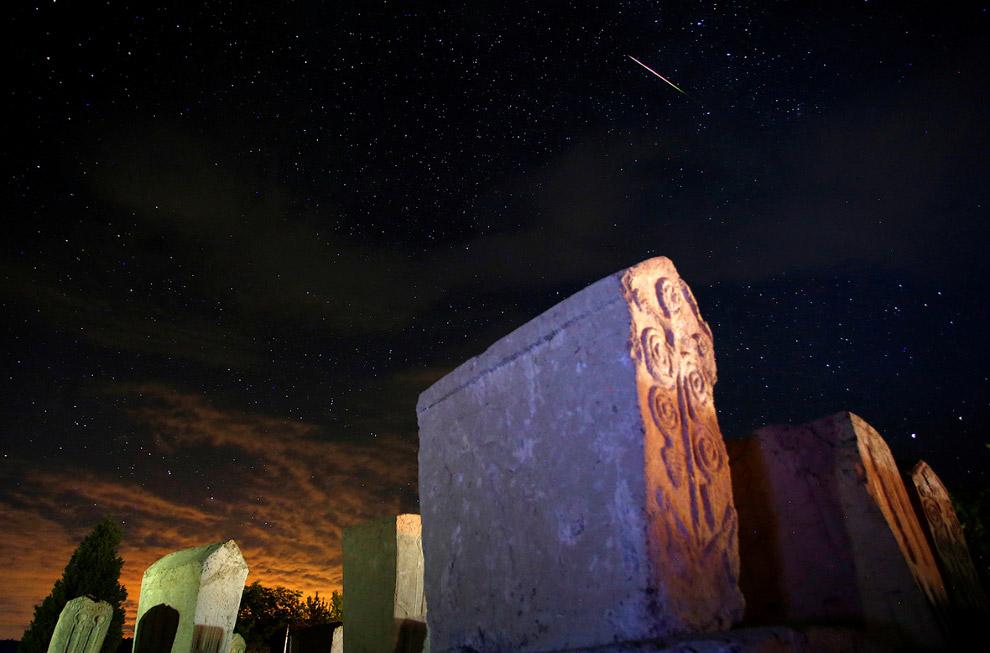 Метеор, звезды и надгробья в Столаце, к югу от Сараево, Босния и Герцеговина