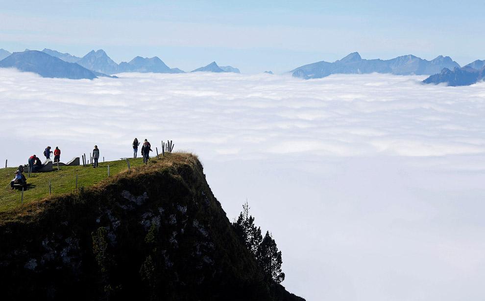 Туристы ходят нагоре Niederhorn возле Интерлакене, Швейцария
