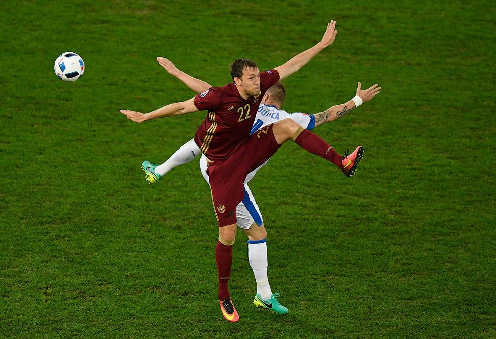 Артём Дзюба из сборной России и Ян Дюрица из сборной Словакии на Евро-2016