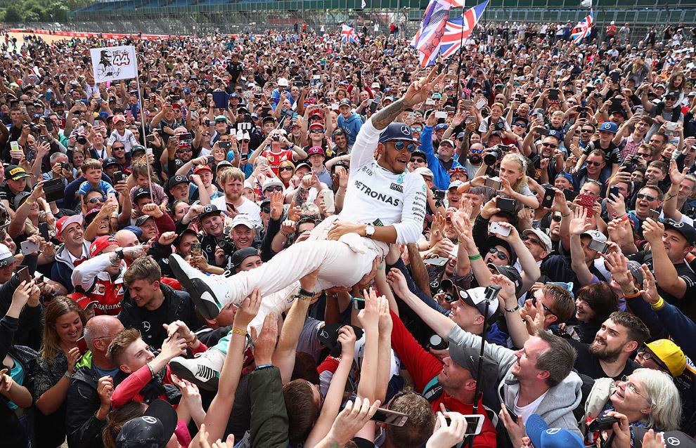 Гонщик «Формулы-1» Льюис Хэмилтон победил на Гран-при Великобритании в Сильверстоуне