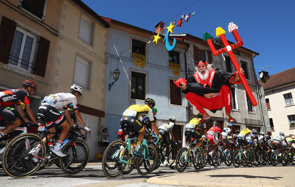 Знаменитый прыгающий в костюме дьявола супер-болельщик велогонки «Тур де Франс» Дитер «Диди» Зенфт