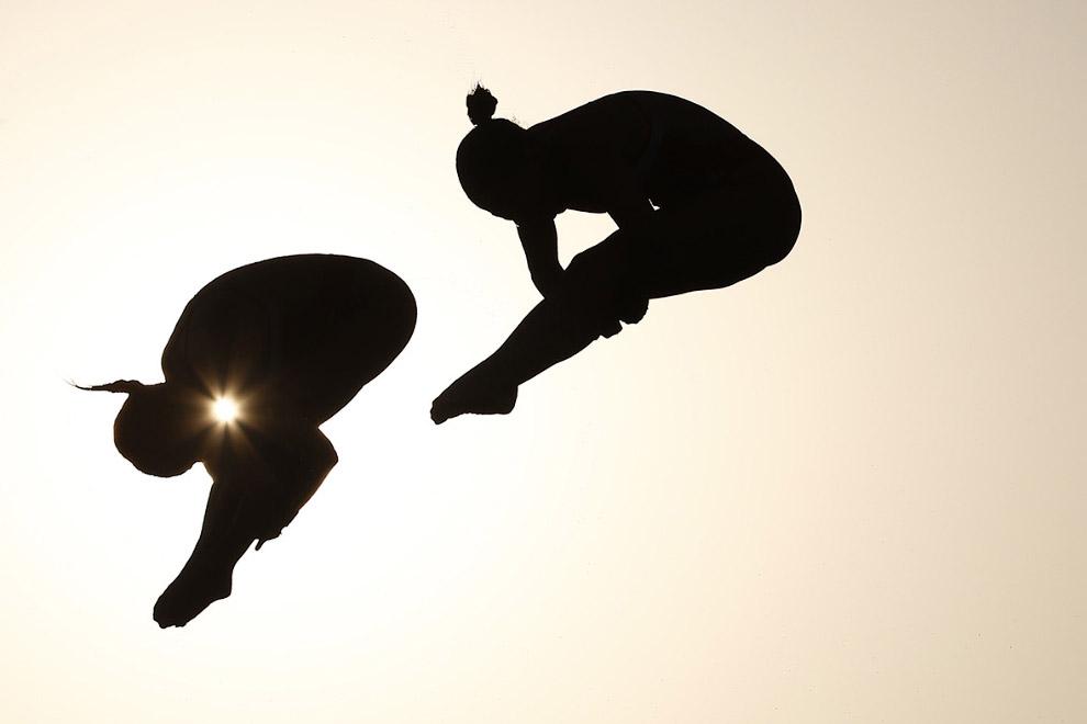 На закате. Соревнования по синхронным прыжкам в воду с 10-метрового трамплина