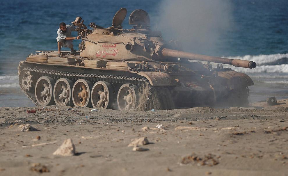 Танк Т-55 на пляже в Сирте