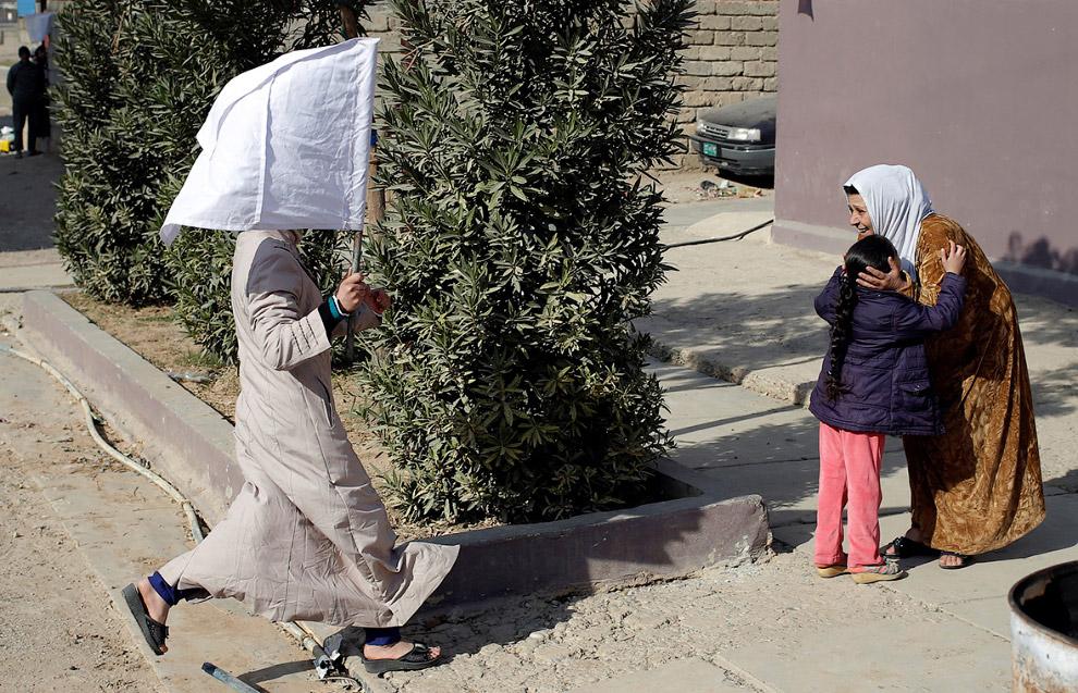 На встречу с родственниками в Мосуле ходят с белым флагом
