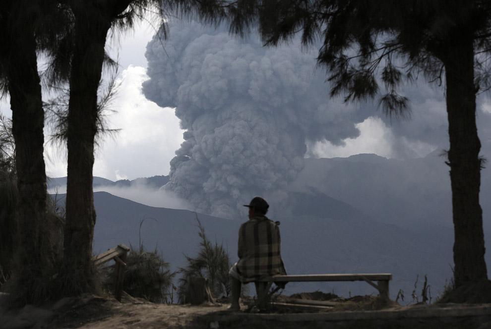 Это действующий вулкан Бромо на востоке острова Ява в Индонезии