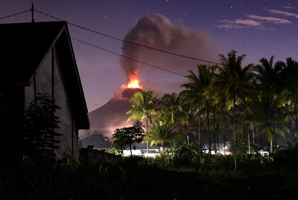 Действующий стратовулкан Сопутан в Индонезии