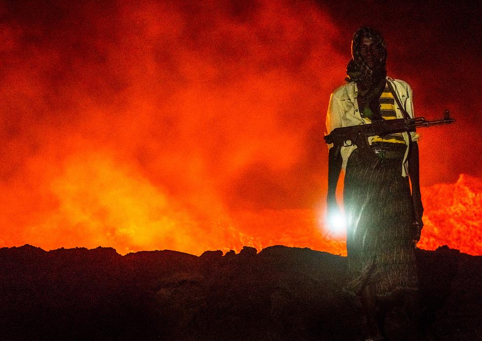 Охрана не пропускает безбашенных людей к вулкану Эрта Але