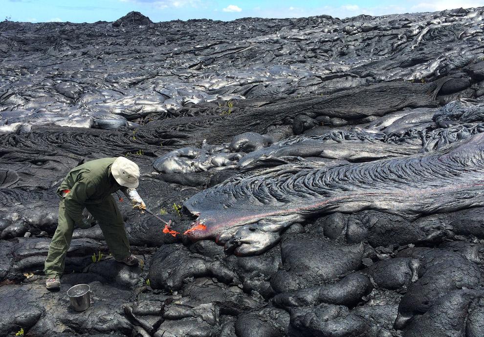 Ученые собирают свежие образцы лавы из вулкана Килауэа для химического анализа