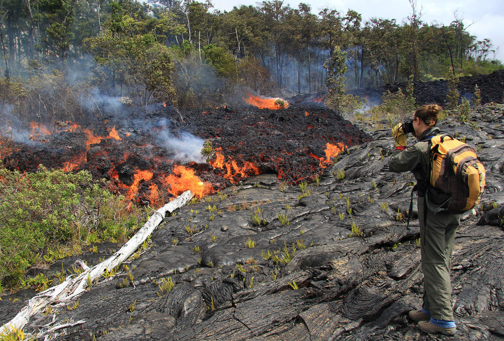 Вот так лава из вулкана Килауэа прокладывает себе путь