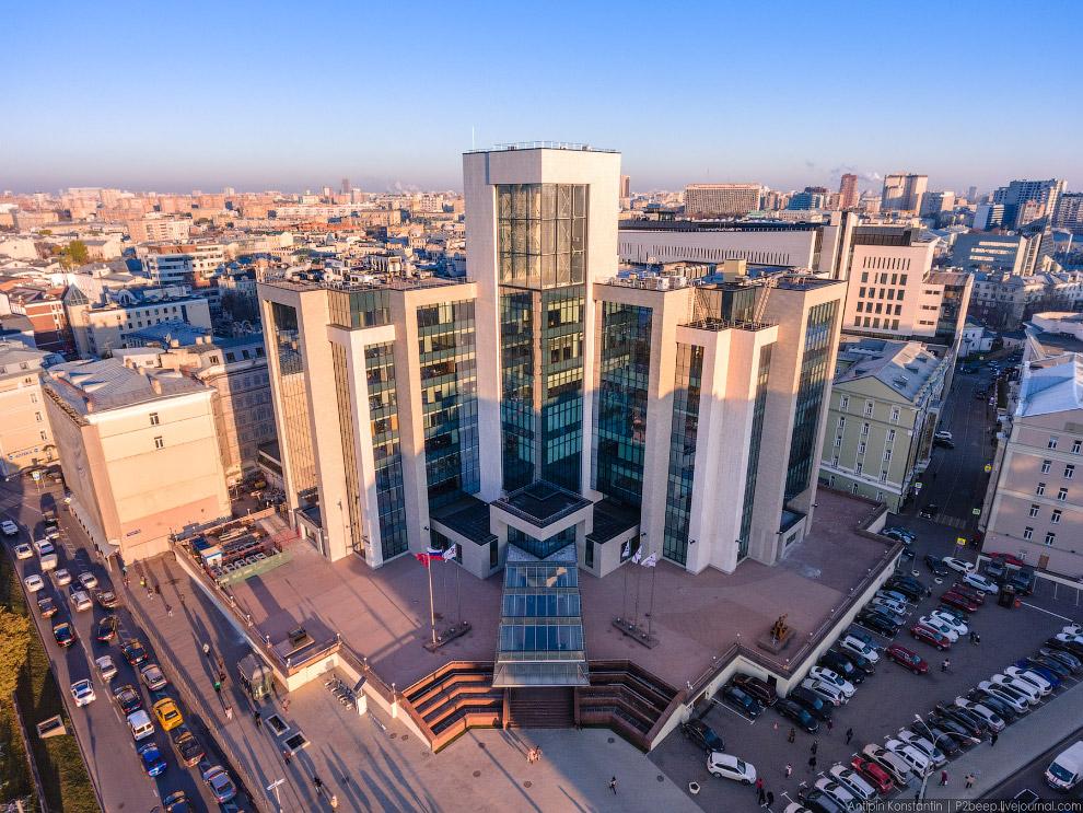 Здание «Лукойл» после реконструкции стало отдаленно напоминать первоначальный проект Феликса Новикова.