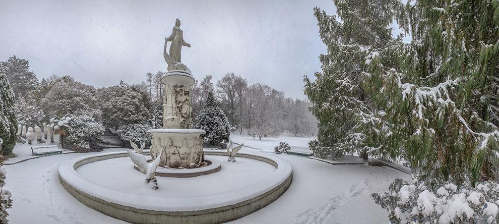 Фонтан «Сказка» запорошенный в снегу.