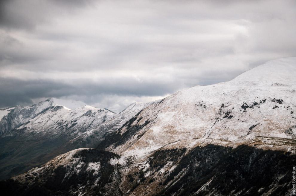 Горы Шели (2916 м) и Микет (2522 м).