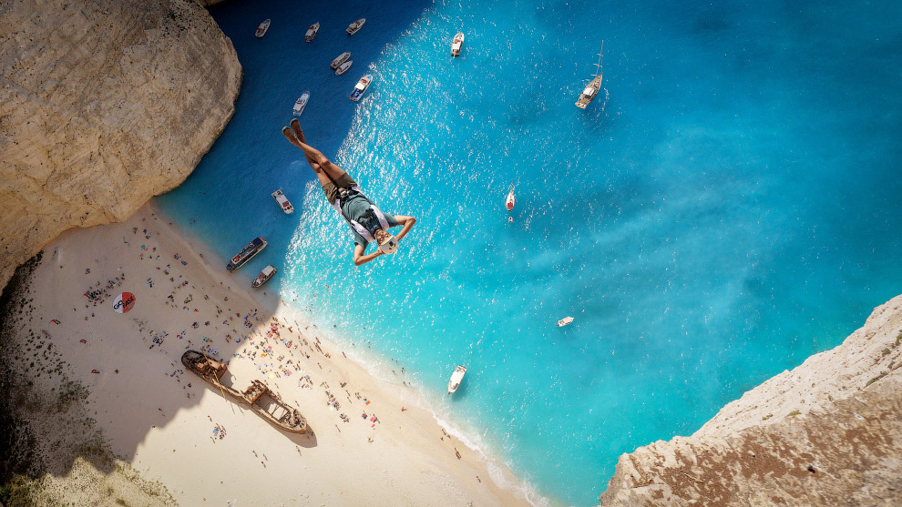 Прыжок в воду на пляже Навайо на северо-западе острова Закинф (Ионические острова, Греция).