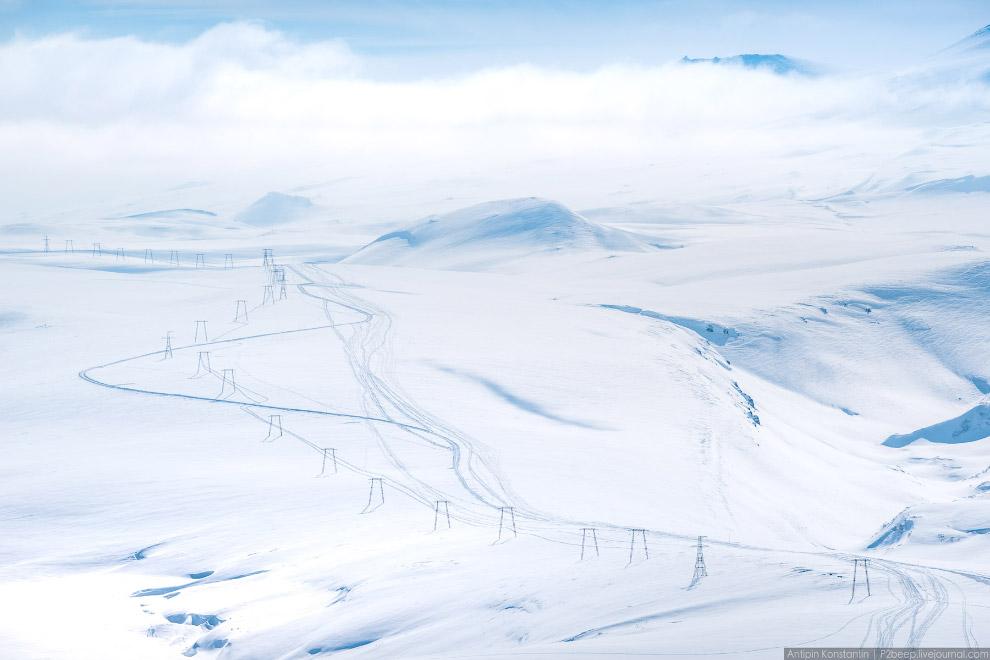 Мутновский скрыт за облаками.
