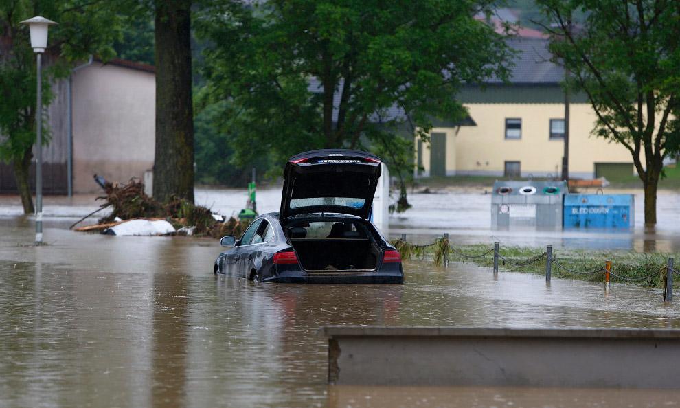 В мае при наводнении в немецкой Баварии близ границы с Австрией погибли десять человек