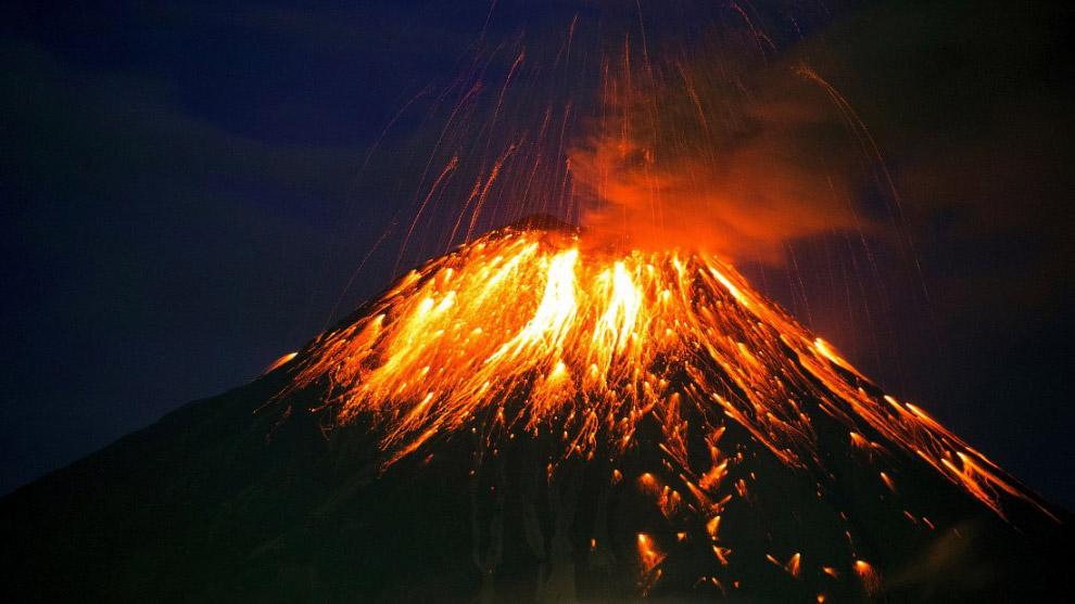 Радиус выброса пепла в результате извержения вулкана Тунгурауа в Эквадоре в течение нескольких дней февраля составил более 5 километров