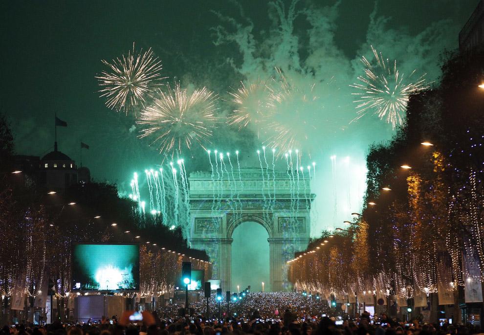 На Елисейских полях в Париже собралось невероятное количество народу