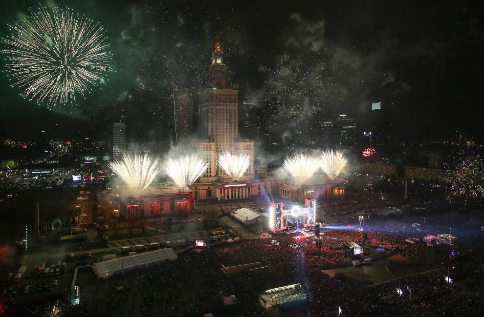 Фейерверк во время празднования Нового года в Варшаве, Польша