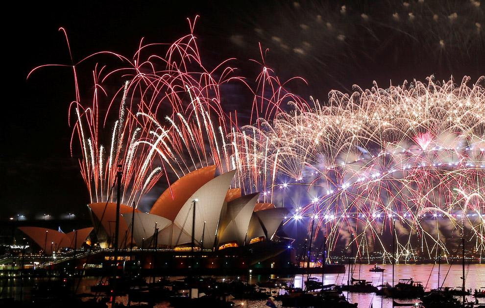 Фейерверки в честь Нового года над Сиднейским оперным театром и мостом Харбор-Бридж