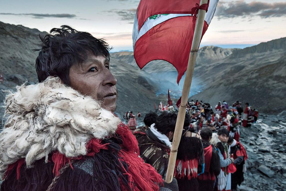 Паломники спускаются на долину Sinakara в перуанских Андах
