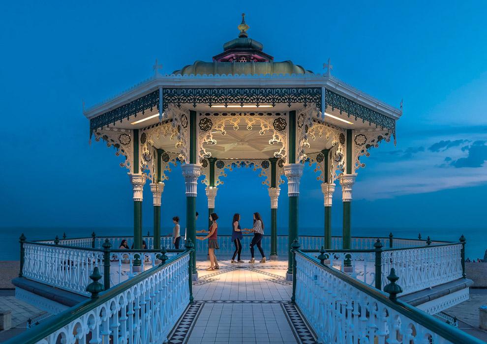 Танцы у моря, Брайтон, Англия
