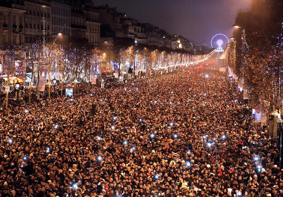 А вот так встречали Новый год в Париже на Елисейских полях