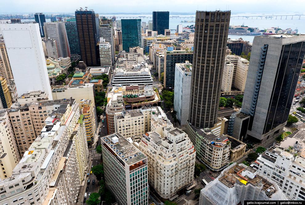 Деловой центр Рио-де-Жанейро. На заднем плане виден большой мост через залив Гуанабара.