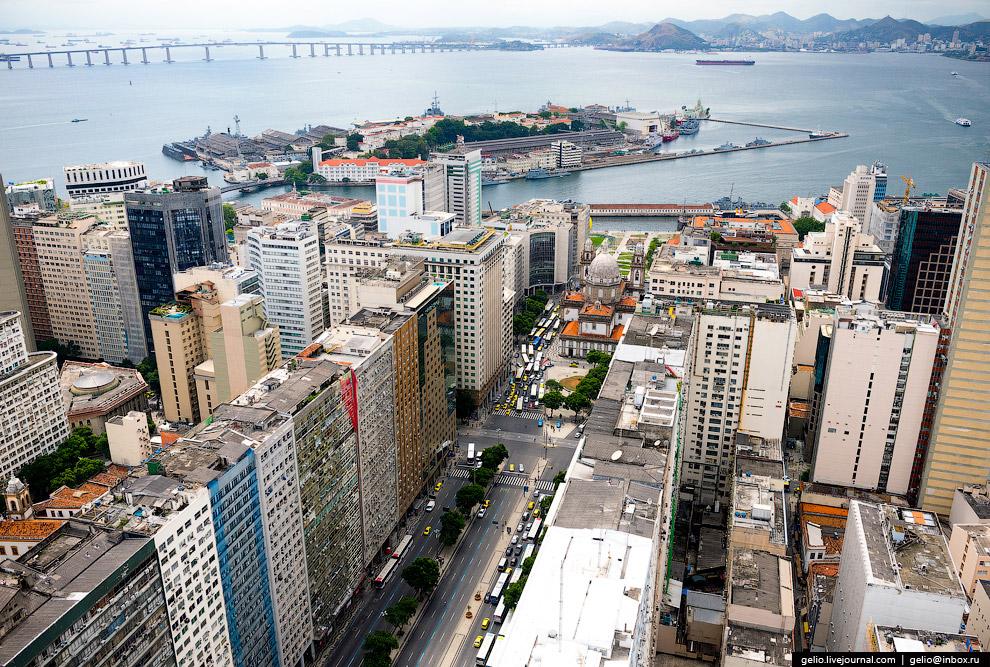 Проспект Президента Варгаса. На заднем плане — Змеиный Остров с центром военно-морского флота Бразилии.