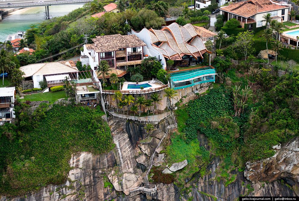 Частные жилые дома состоятельных «кариока» — так себя называют жители Рио-де-Жанейро.