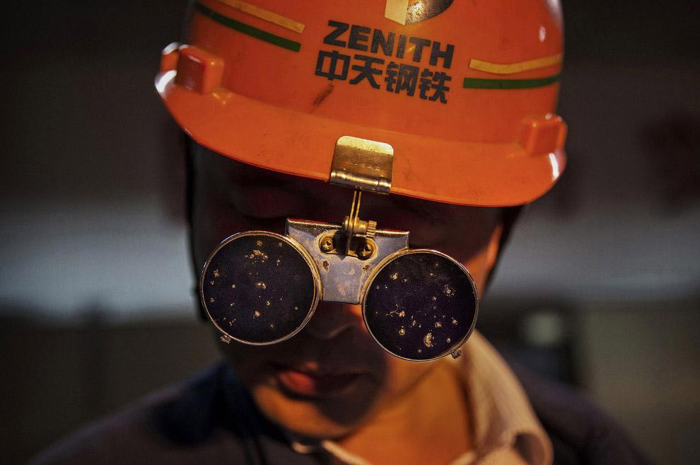 Рабочий в защитных очках