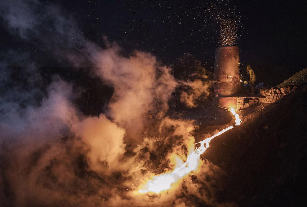 Пока в печи горит уголь, из нее вытекает расплавленный метал