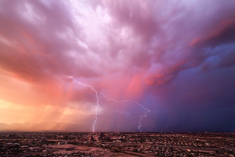 Закат, удар молнии и радуга
