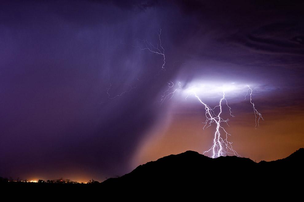Американец Рой Салливан, сотрудник национального парка, известен тем, что на протяжении 35 лет был семь раз поражён молнией и остался в живых.