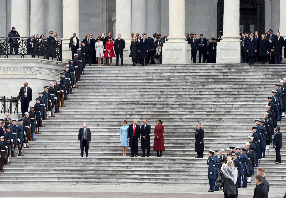 Президент Дональд Трамп и первая леди Мелания Трамп, уходящий Барак Обама и Мишель Обама перед отъездом из Капитолия после церемонии инаугурации Трампа