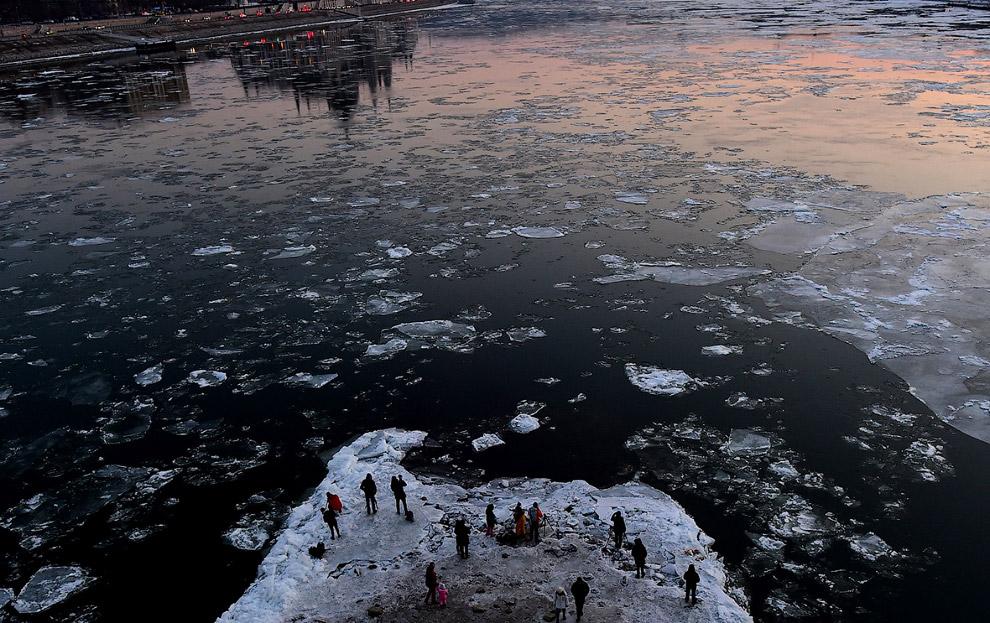 Фотографы снимают Дунай со льдинами в Будапеште