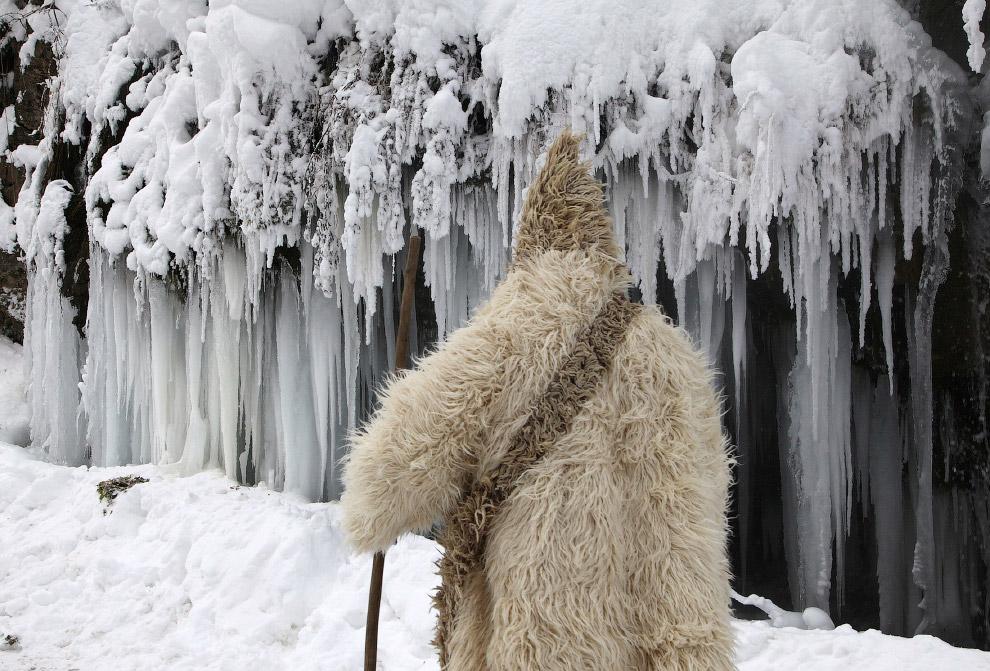 Снежный Человек около замерзшего водопада в Косово