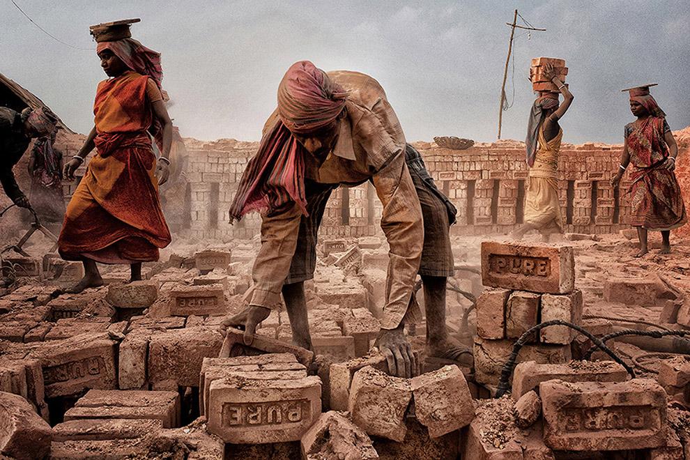 Тяжелый труд на кирпичном заводе в Индии