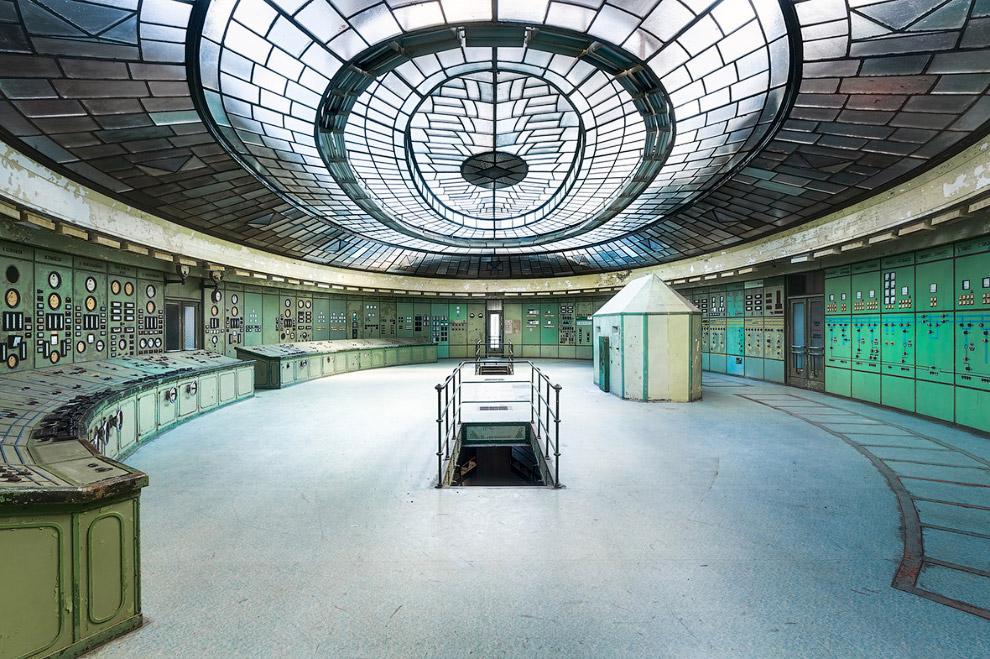 Ну а победителем конкурса архитектурной фотографии Art of Building стал вот этот снимок диспетчерской на заброшенной электростанции в Венгрии