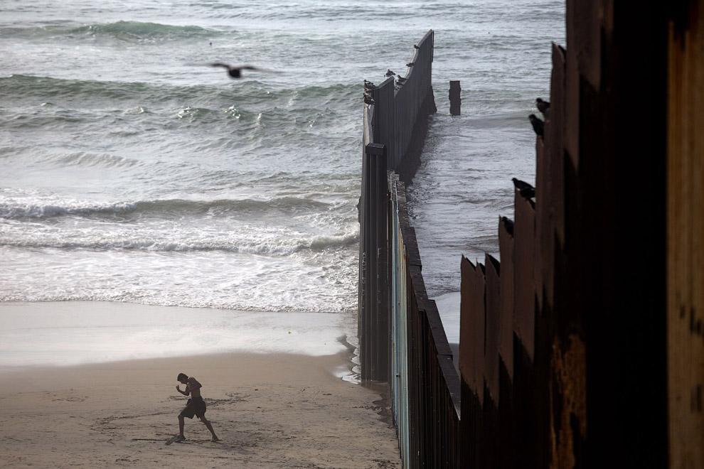 Стена на границе с Мексикой в Плайяс Де Тихуана